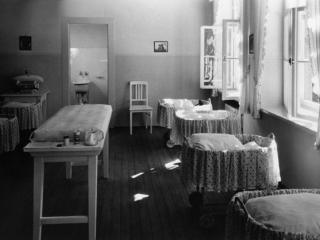 """Комната для новорожденных в доме """"Лебенсборн"""""""